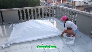 extiende la lona de polietileno sobre la estructura del techo